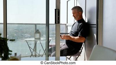 uomo usando telefono cellulare, in, balcone, 4k
