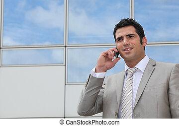uomo, usando, uno, cellphone, esterno, uno, rispecchiato, costruzione