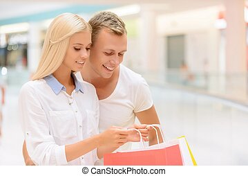 upbeat, coppia, fare, shopping