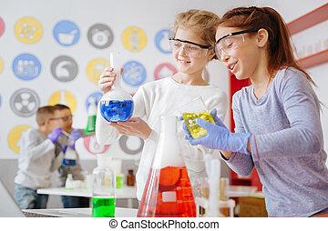 upbeat, skolepiger, checking, by, den, begær, kemisk reaktion, ind, lommeflaske