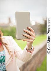 uppe, holdingen, selfie, hand, nära, mobiltelefon, tillverkning, kvinna