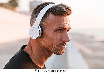 uppe, sportsman, tillitsfull, musik lyssna, nära