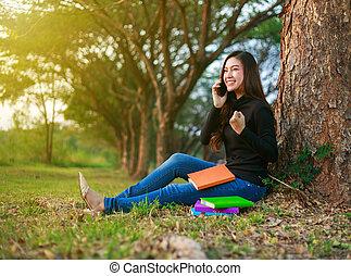 upprest, kvinna prata, mobil, parkera, hand, glad, ringa