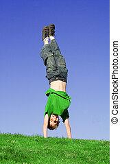 upside down, kind spielen, draußen, in, sommer