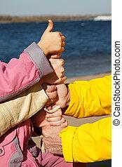 upwards!, podniesiony, adults, family., symbol, dziecko, jedność, związany, siła robocza, kciuk