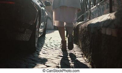 urbain, gros plan, chaussures, ville, centre., marche, pieds, femme, aller, par, rue., jupe, vue