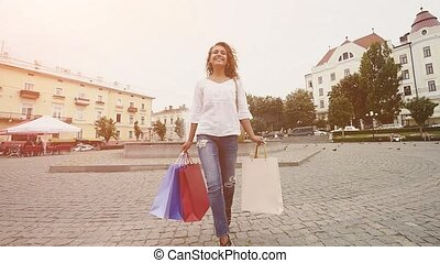 urbain, marche, achats femme, fond, acheteur, ville, concept., moderne, jeune, sacs papier, lent, motion., tenue, city., soleil, riche, sourire