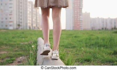 urbain, pelouse, bûche, peu, marche, béton, girl, jambes
