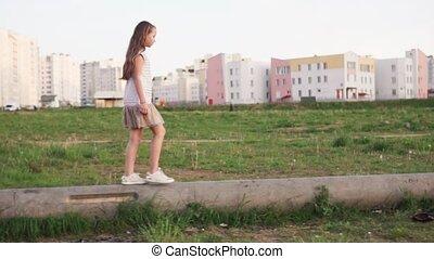 urbain, peu, bûche, marche, béton, terrain vague, girl