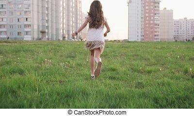 urbain, peu, courant, terrain vague, girl, herbe