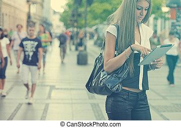 urban, vandrande, kvinna, dator, affär, kompress, ung, gata