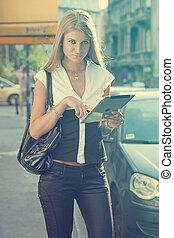 urban, vandrande, kvinna, dator, kompress, ung, gata