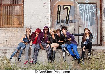 urbano, abandonado, punk, jovem, atrás de, bando, pendurando...