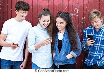 urbano, adolescente, grupo, froends, telefones móveis, olhar, armando