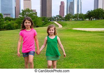 urbano, ambulante, niñas, dos, mano, contorno, tenencia, amigos