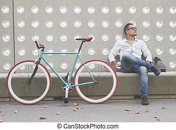 urbano, assento homem, ligado, um, banco, ao ar livre, com, preocupado, expressão