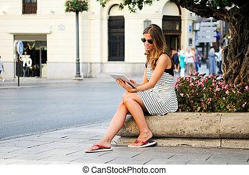 urbano, donna, tavoletta, computer, attraente, fondo,...