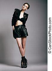 urbano, fashion., excepcional, mujer, en, cortocircuito, vestido negro, y, jacket., chichi