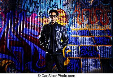 urbano, hombre, delante de, grafiti, wall.