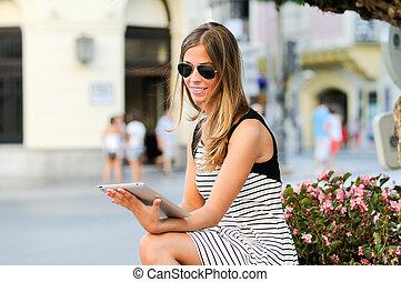 urbano, mujer, tableta, computadora, atractivo, plano de ...