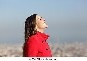 urbano, mulher, inverno, respirar, fundo, feliz