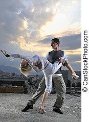 urbano, romántico, bailando, cima, bulding, pareja