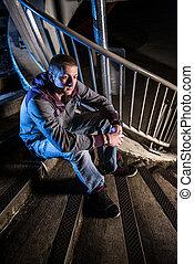 urbano, sentando, jovem, noturna, escadas, homem