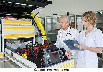 urgencia, doctors, verificar, kit de primeros auxilios, caja, con, equipo médico