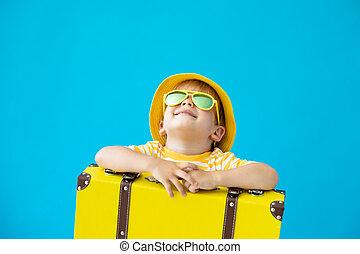 urlop, szczęśliwy, portret, żółty, dziecko, lato, suitcase., pojęcie