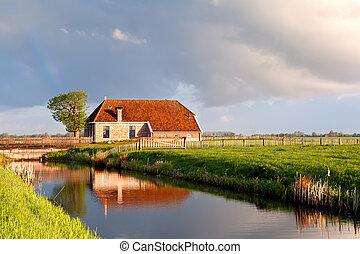 uroczy, dom, przez, rzeka, w, wschód słońca, światło słoneczne