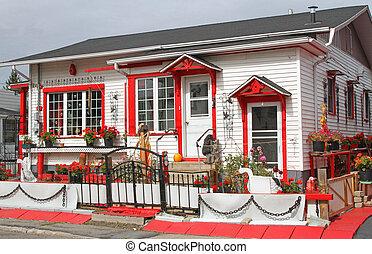 uroczy, dom, z, czerwony, przystrzyc, poprzez