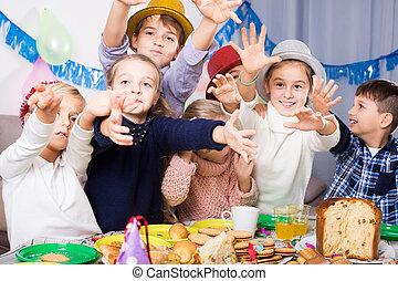 urodziny, podczas, celebrowanie, dzieci, obiad, przyjaciel, posiadanie