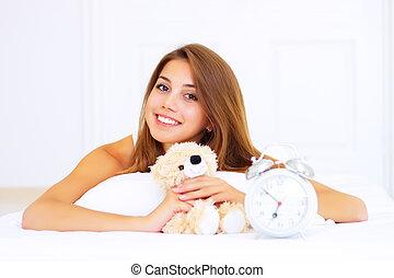 urso teddy, cama, menina sorri, mentindo