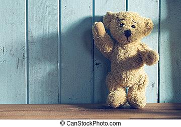 urso teddy, plataformas, frente, um, parede azul