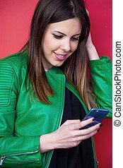 usage, extérieur, smartphone, portrait, fille souriante