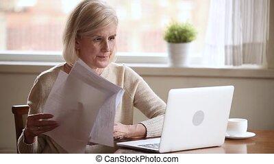 usage, femme, ordinateur portable, accentué, personnes agées, paiements, tenue, ligne, factures, chèque