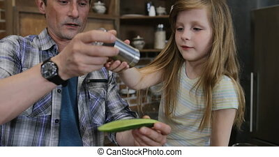 usage, fille, tablette, salting, nourriture, légumes, cuisine, père, ensemble, fils, quoique, informatique, mère, table, séance, cuisine