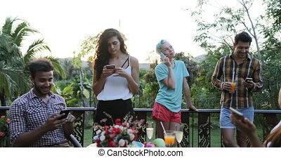 usage, groupe, gens, téléphones, social, communication, jeune, cellule, conversation, dehors, terrasse, média, table, séance, amis, sourire, intelligent, heureux
