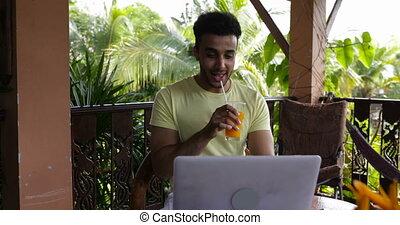 usage, latin, ordinateur portable, dactylographie, jeune, jus, informatique, terrasse, clavier, pendant, boire, dehors, petit déjeuner, homme