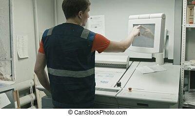 usage, poligraphy, -, ouvrier industrie, moniteur, imprimé, processus, écran tactile, vue postérieure