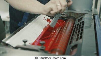 usage, rouleau, ouvrier industrie, haut, peinture, impression, polygraphy, encre, fin, rouges