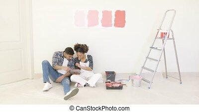 usage, tablette, couple, jeune, couleurs, discuter