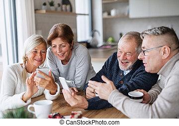 usando, anziano, casa, amici, gruppo, smartphones.