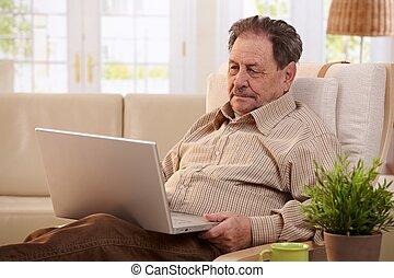 usando, anziano, computer, uomo, casa