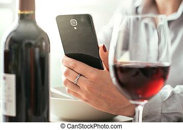 usando, app, mulher, vinho