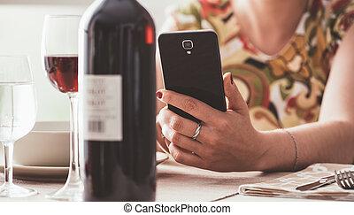usando, app, mulher, vinho, restaurante