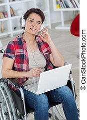 usando, cadeira rodas, mulher, computador