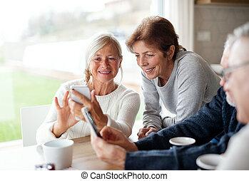 usando, casa, gruppo, amici, anziano, smartphones.