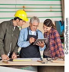 usando, colegas, computador, carpinteiro, tabuleta