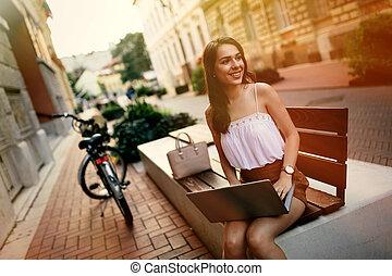 usando computador portátil, aluno feminino, ao ar livre